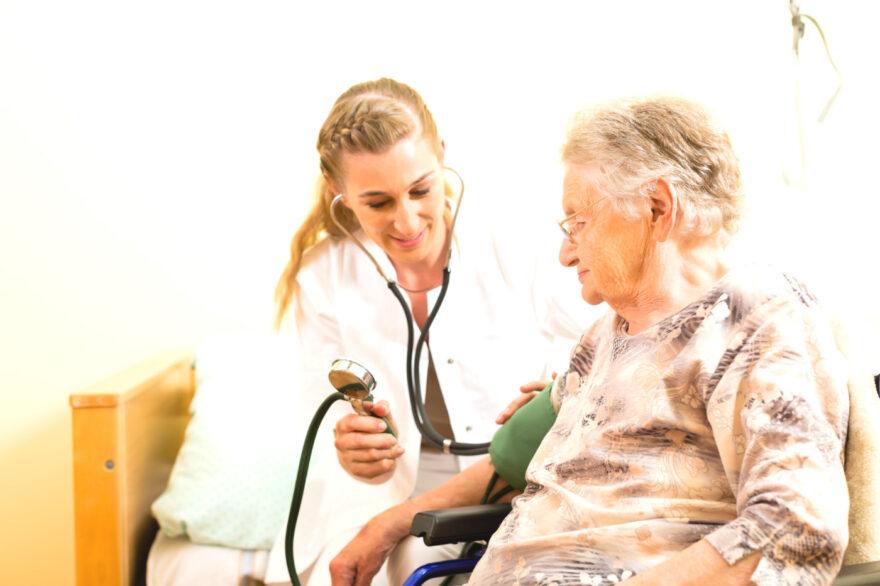Kampagne skal hente sosu´er og sygeplejersker tilbage til faget