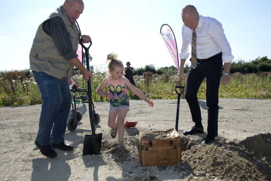 Olaf og Sofie hjalp borgmesteren med første spadestik til ny fællesinstitution – og fandt Kong Gauers skat